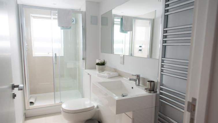 Pristine bathroom at Jubilee House Apartments