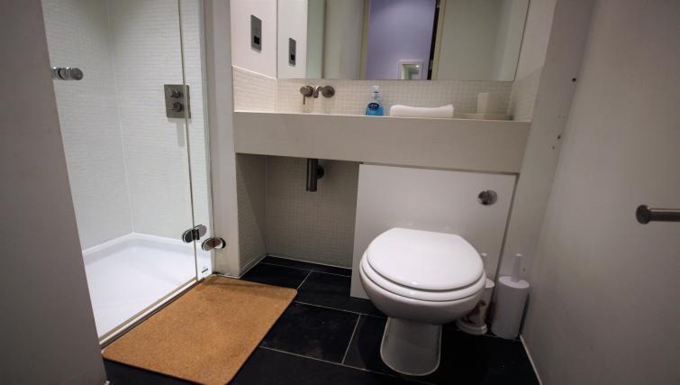 Pristine bathroom at Harbourside Apartment