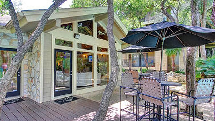 Outdoor lounge at Windsor at Barton Creek