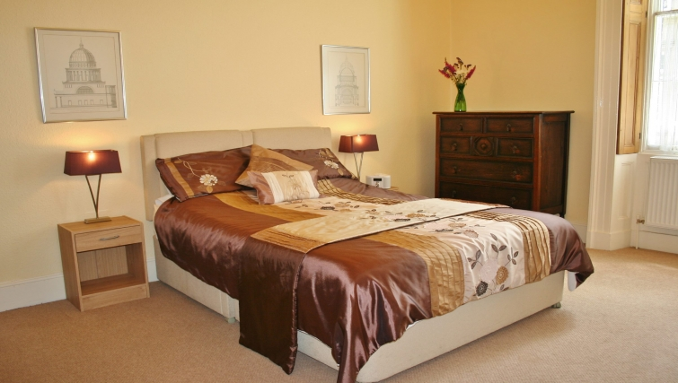 Large double bedroom in Ivy House Apartments