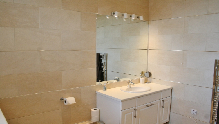 Modern bathroom in Ivy House Apartments