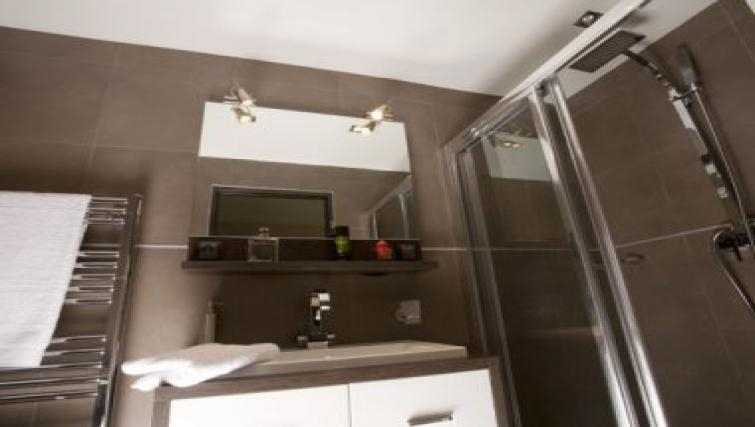 Modern bathroom in Republique Apartments
