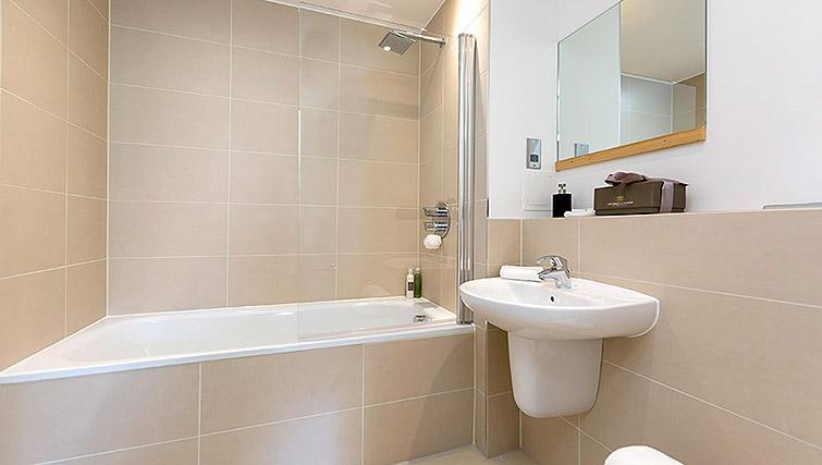 Full bathroom at Dream Apartments Belfast Obel