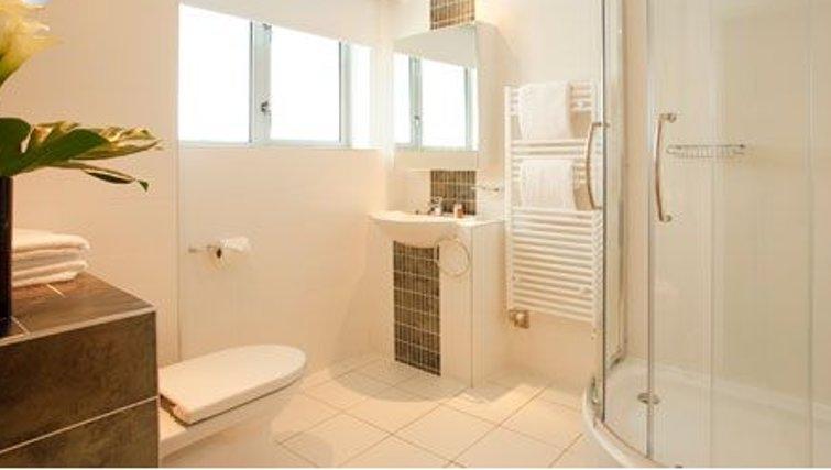 Airy bathroom in SACO Holborn - Lamb's Conduit Street