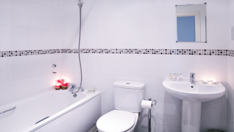 Clean bathroom in Bitten House Waterside Park Apartments