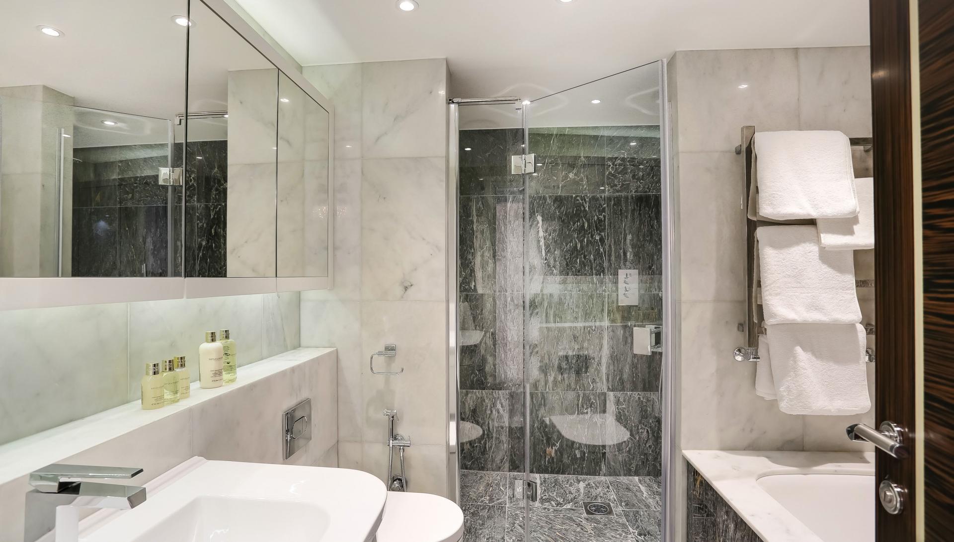Modern bathroom at Buckingham Gate Apartments
