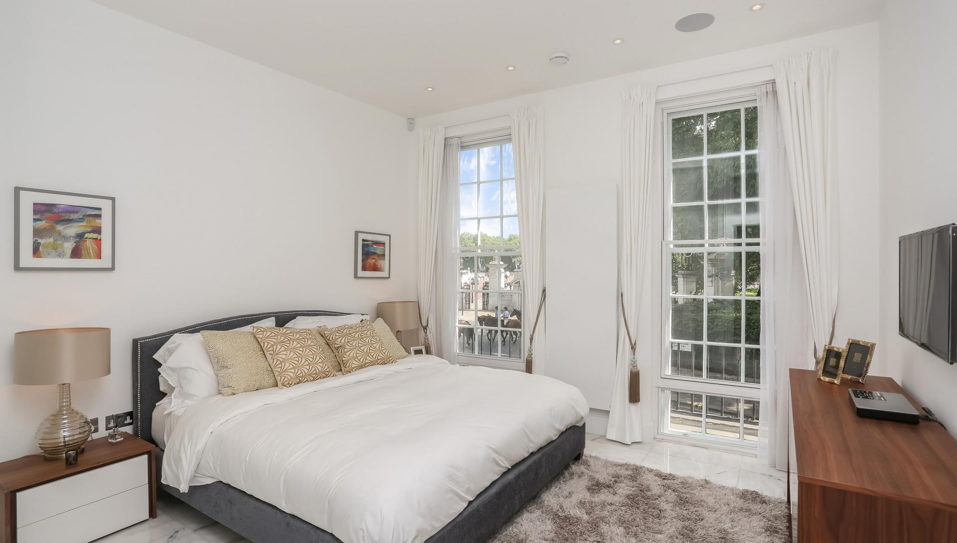 Cosy bedroom at Buckingham Gate Apartments