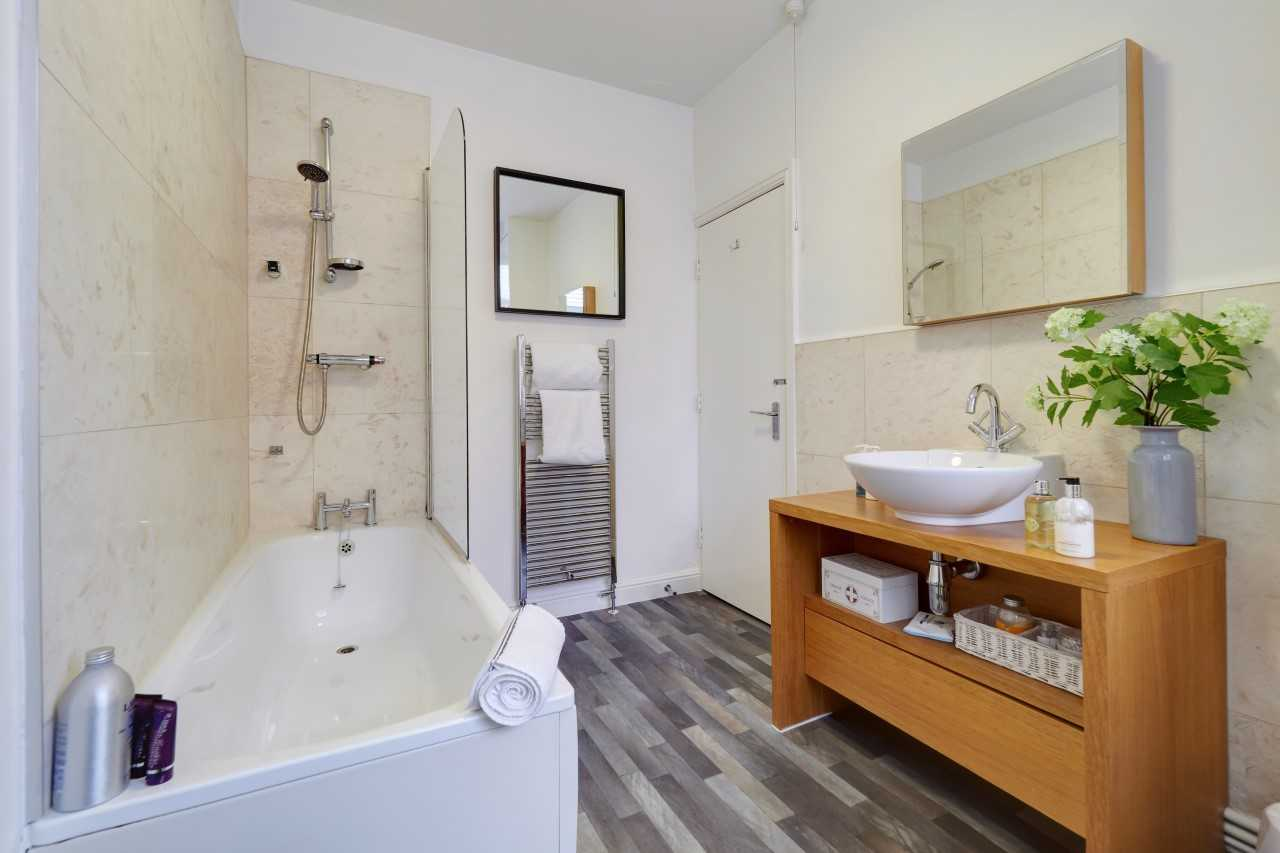 Bath at Mulberry House Apartments