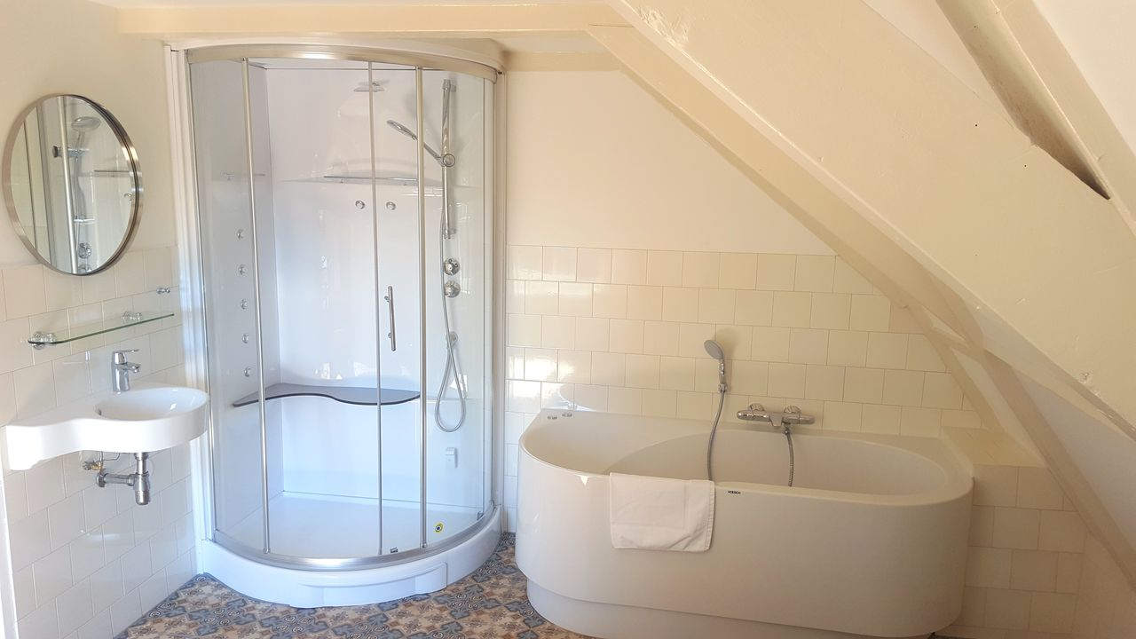 En-suite bathroom at 23 Haarlemmplein Apartments, Amsterdam