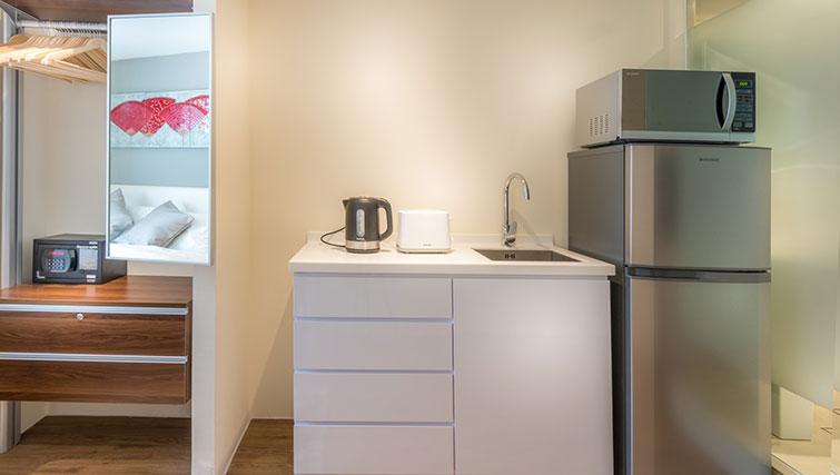 Sleek kitchen at the Heritage South Bridge Apartments, Singapore