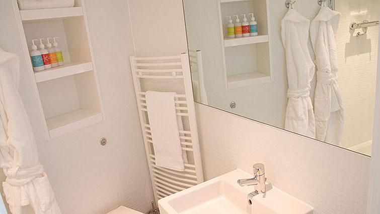 Compact bathroom at Staying Cool at The Rotunda