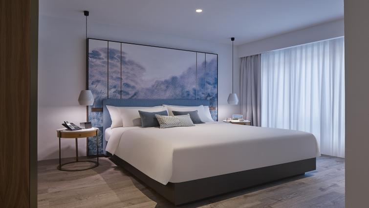 Large bed at the Winsland Apartments, Singapore