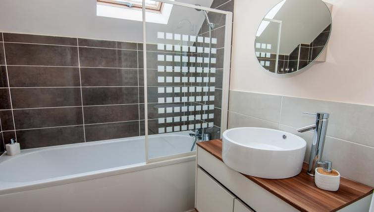 Full bathroom at Manor Apartments