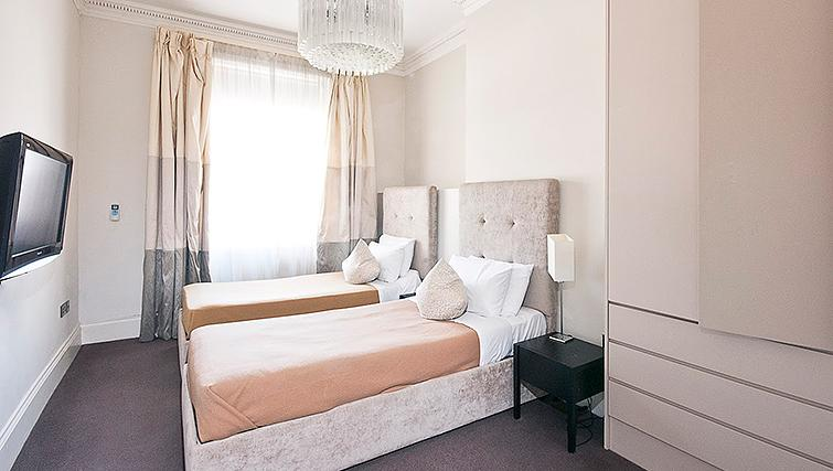 Twin bedroom at 20 Hertford Street Apartments