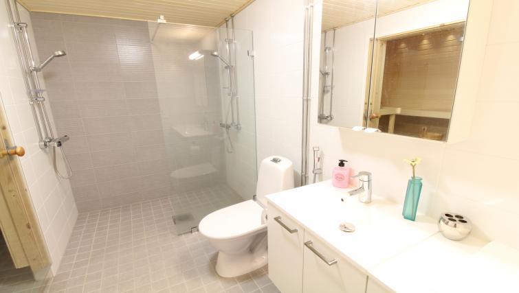 Bathroom facilities at the Pakkalanrinne Apartment