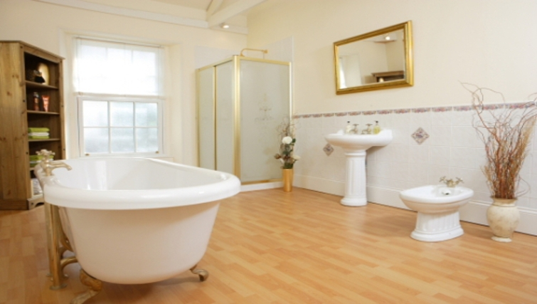 Stylish bathroom in Durnford House Apartment