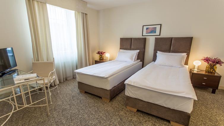 Twin beds at Mamaison Residence Izabella