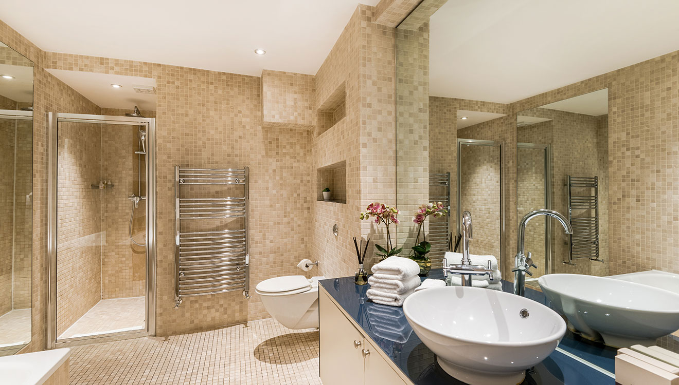 Large bathroom at Hyde Park Gate Apartments