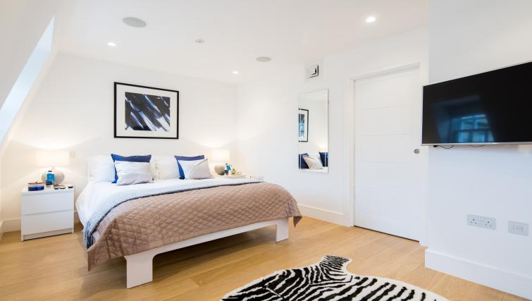 Double bed at Mayfair Class Apartment