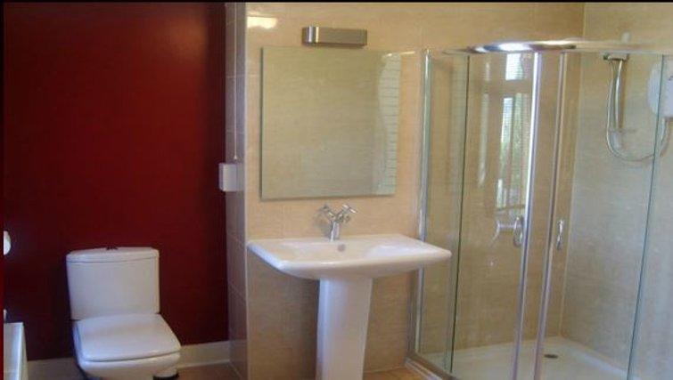 Fresh bathroom in 10 King Edward Road