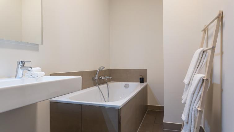 Bath at Gershwin Serviced Apartments, Amsterdam