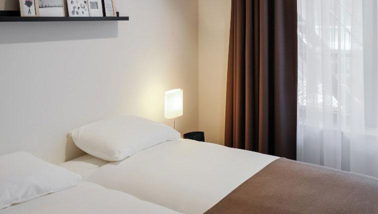 Twin beds at Gershwin Serviced Apartments, Amsterdam