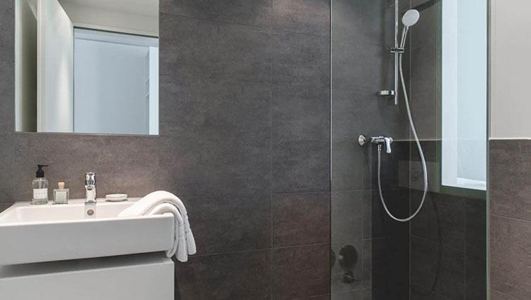 Bathroom at THE FLAG München Apartments