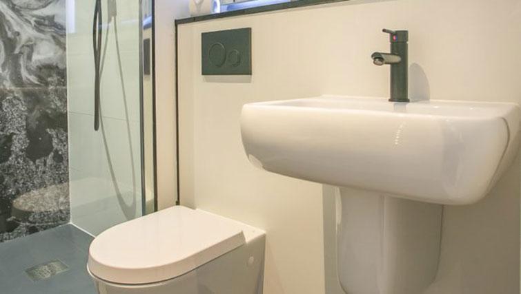 WC at Grafton House Apartments