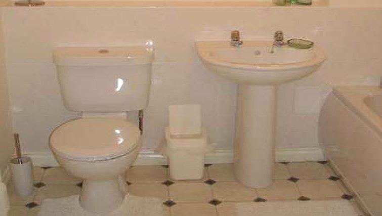 Inviting bathroom in Darlington Apartments