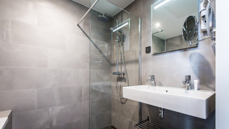 Walk-in shower at Eastern Docklands Apartments, Amsterdam