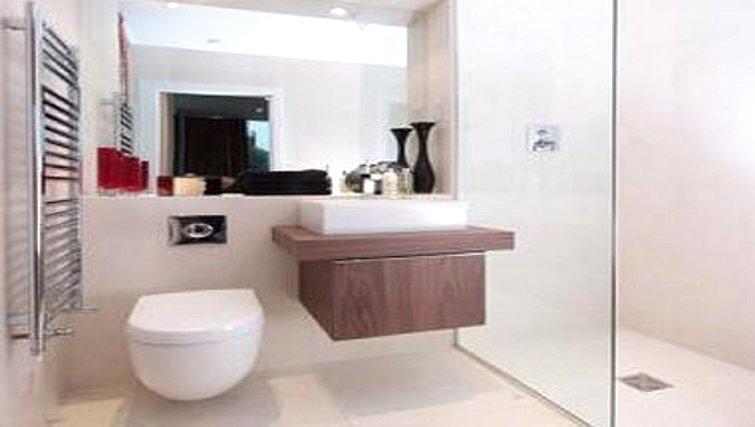 Shower at Accordia Apartments (Kingfisher Way)