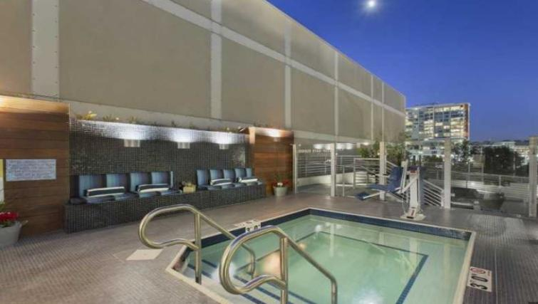 Jacuzzi at Edgewater NCH Apartment