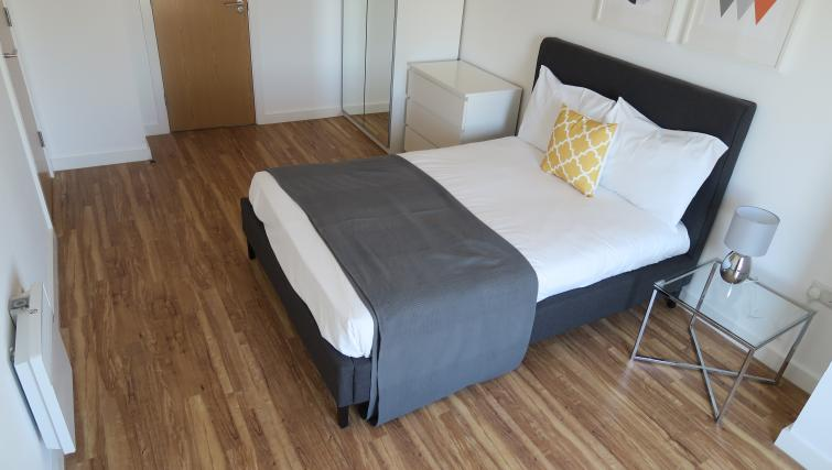 Double bed at Quay Apartments @ Michigan