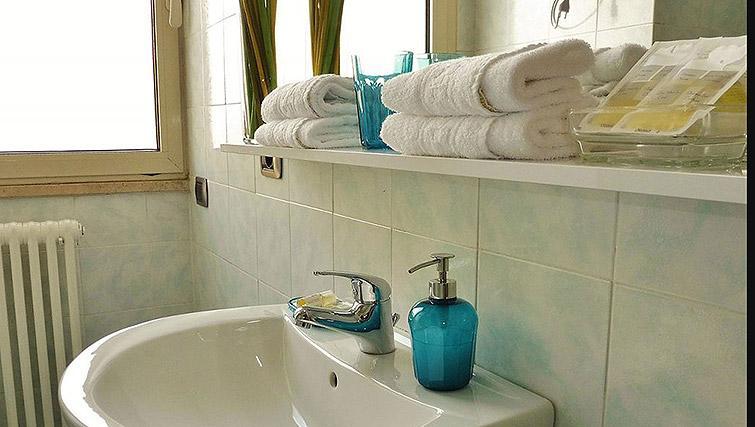 Sink at Lux Appartamenti Rome