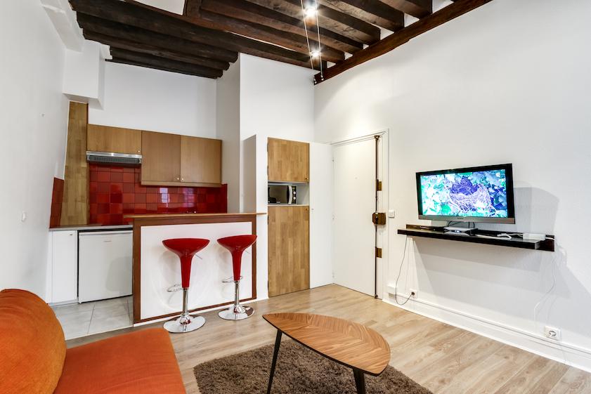 TV at Rue d'Argout Apartments