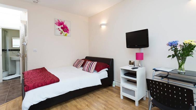 Modern bedroom at Heathrow Apartments
