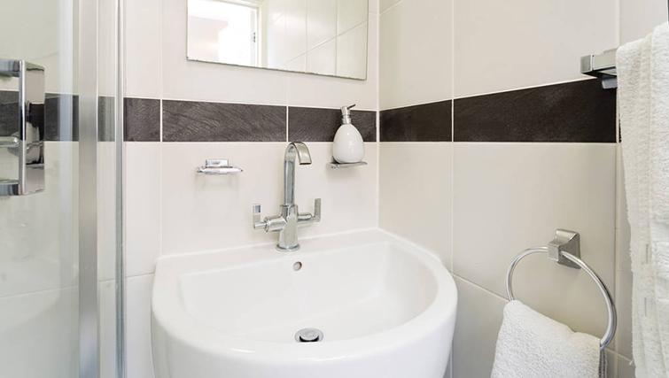 Modern bathroom in Heathrow Apartments