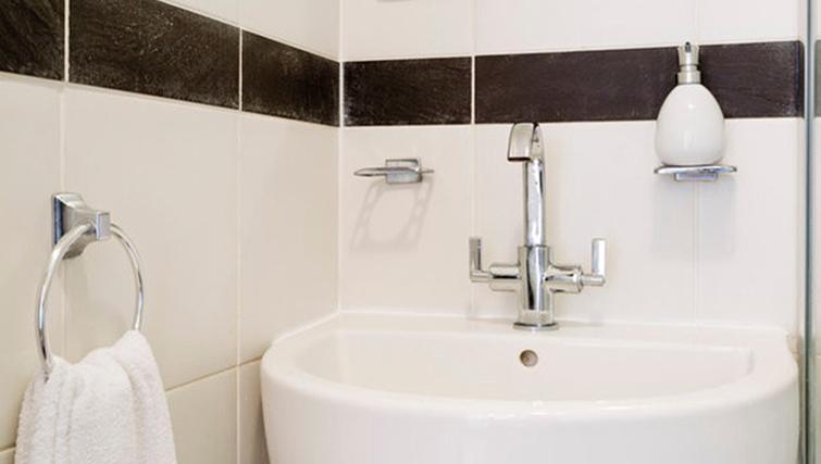 Pristine bathroom at Heathrow Apartments