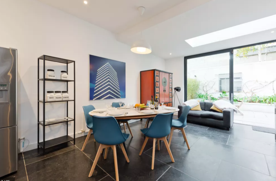Dining table at Modern Gran Canal Apartment