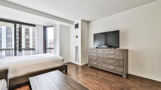 Living space at 1133 Dearborn Apartments