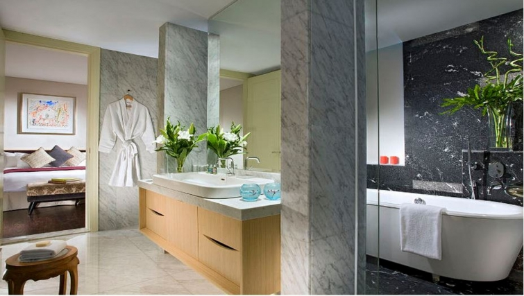 Modern bathroom in Ascott Raffles Place Singapore Apartments, Singapore