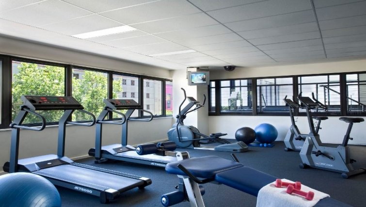 Well equipped gym in Somerset Elizabeth Apartments