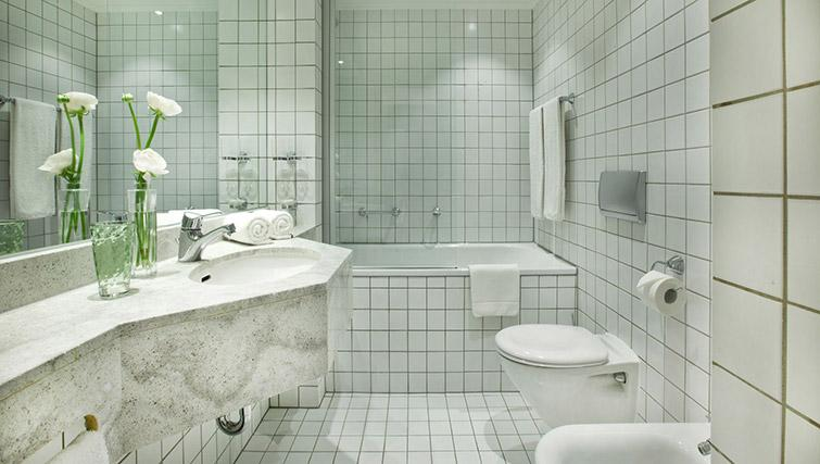 Full bathroom at Lindner Messe Residence Dusseldorf