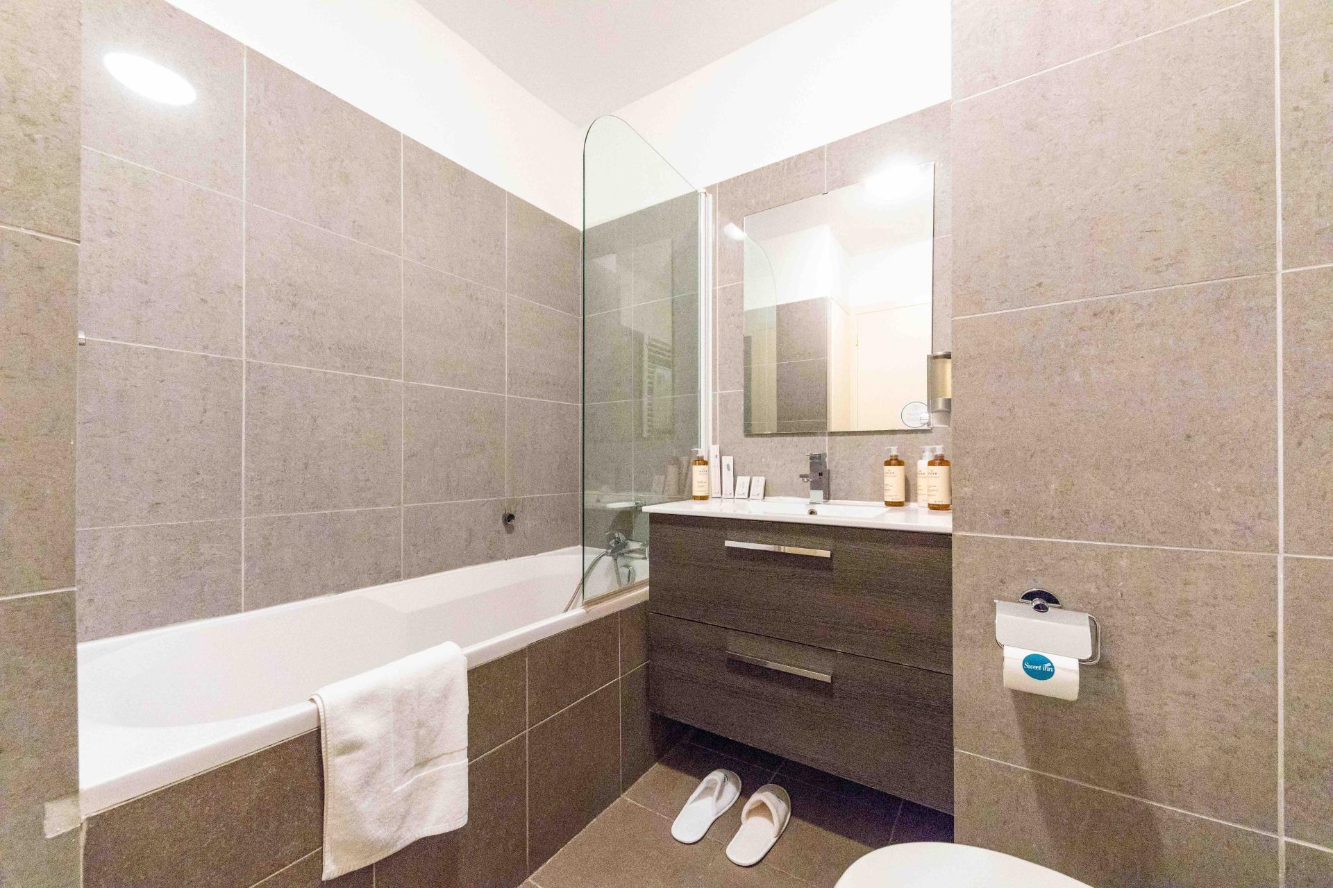 Bath at Avenue Alexandre Apartments, Juan-les-Pins, Antibes
