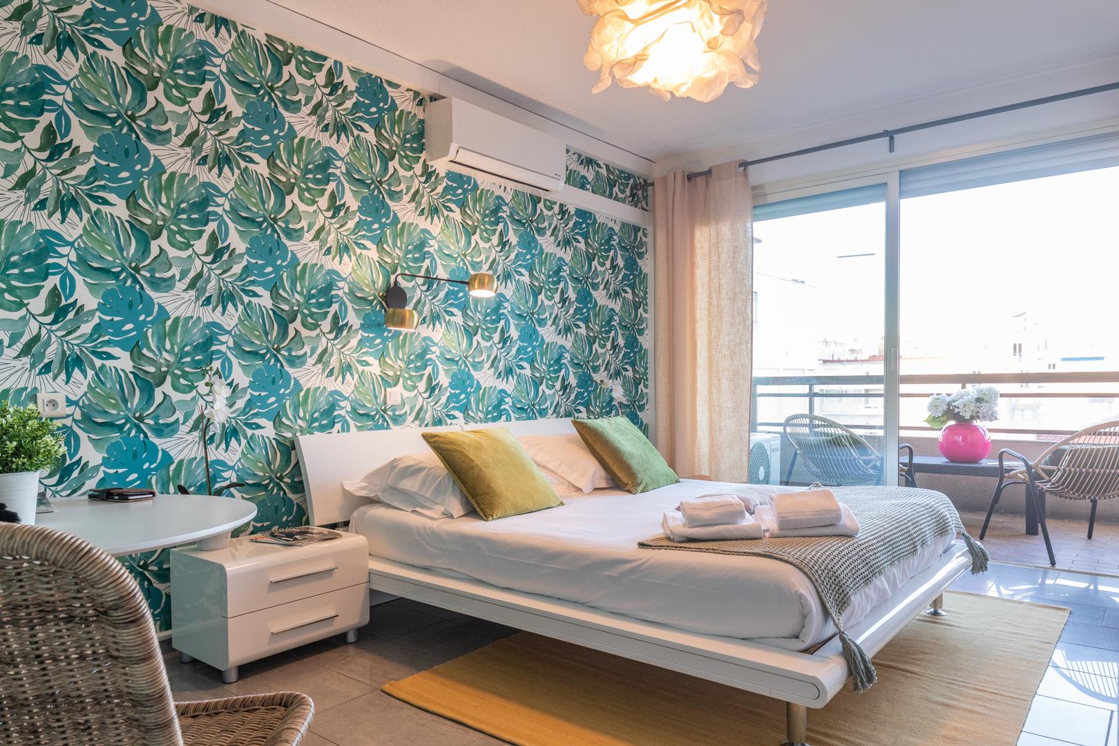 Bright wallpaper at Avenue Alexandre Apartments, Juan-les-Pins, Antibes