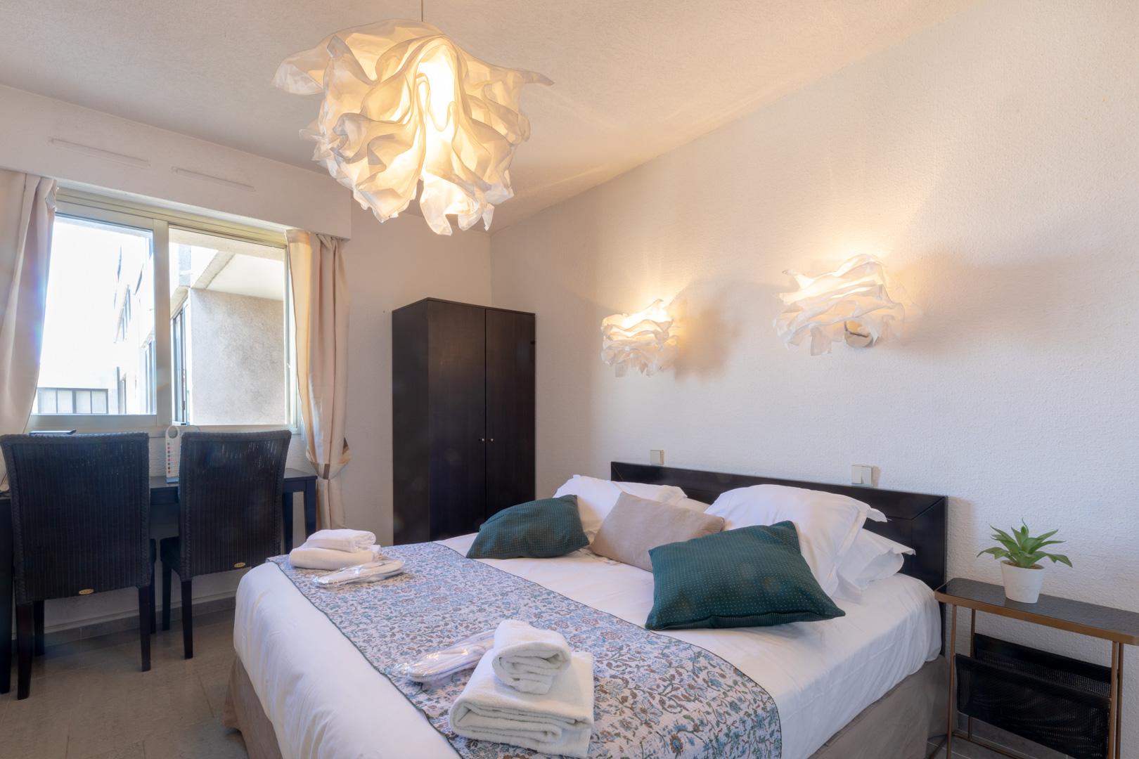 Cosy bedroom at Avenue Alexandre Apartments, Juan-les-Pins, Antibes