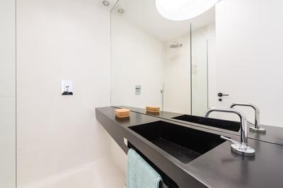 Modern bathroom at Delicias Apartment