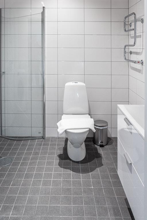 Bathroom at Osbygatan Apartment, Norra Sofielund, Malmö