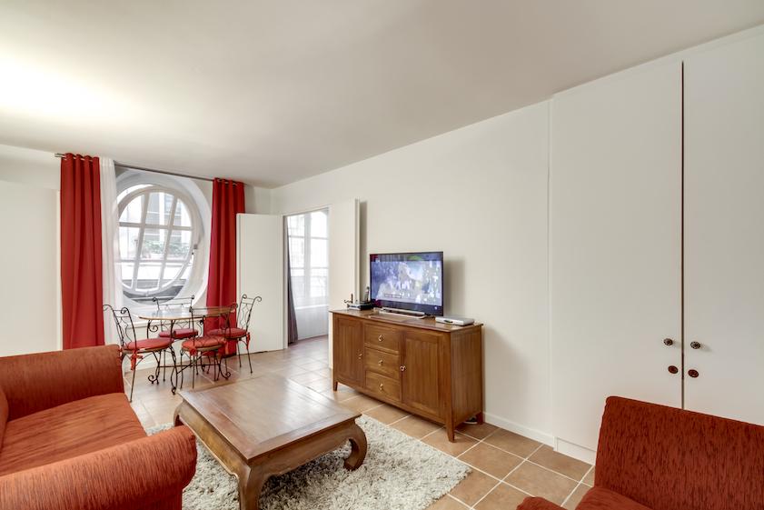 Tv at Rue Vieille Du Temple Apartments