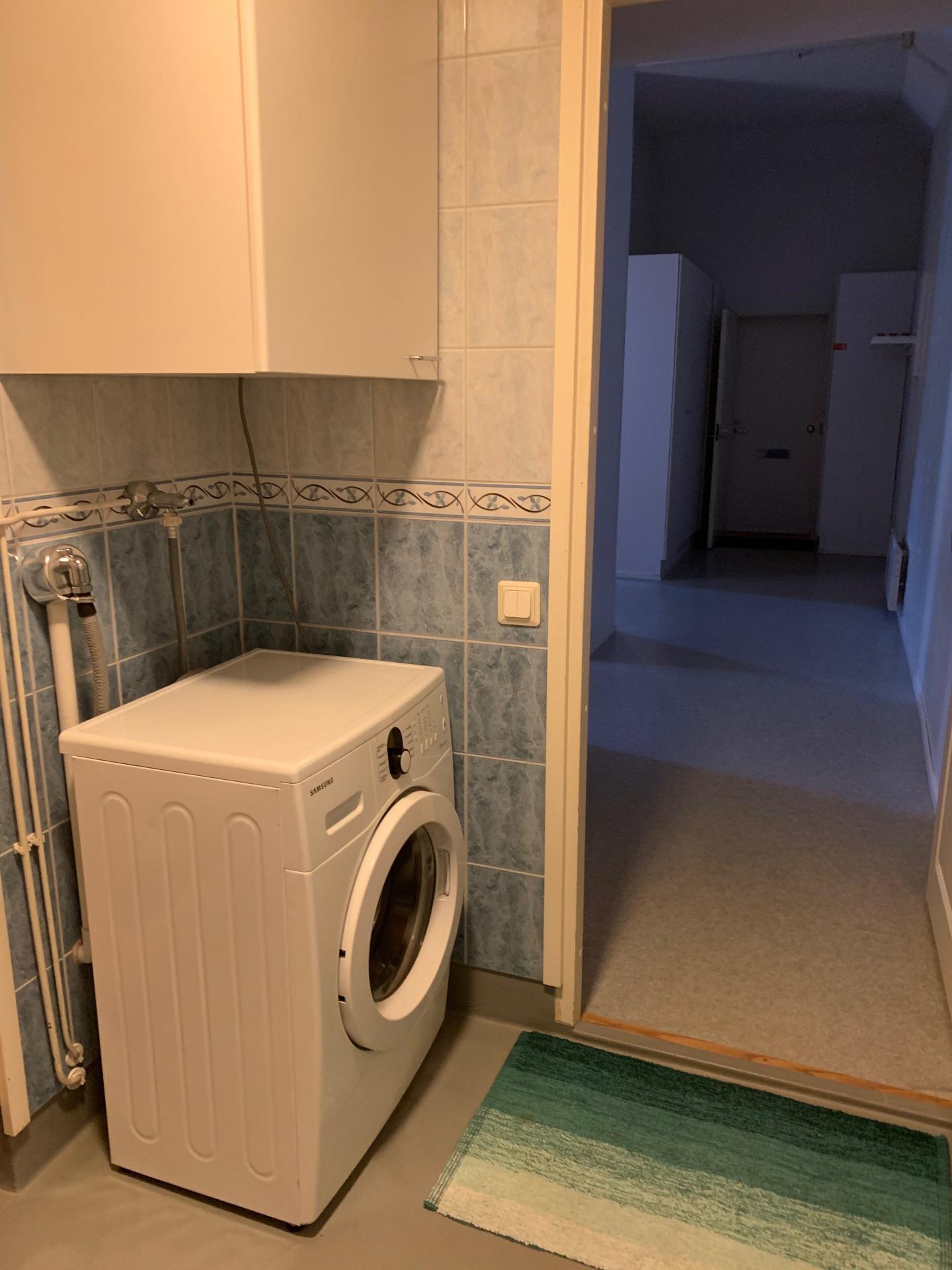 Washing machine at Pikkuympyräkatu Apartments